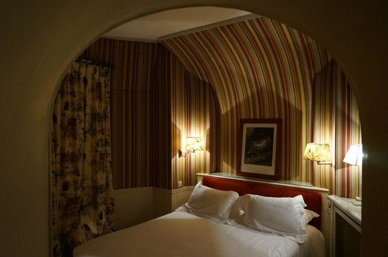 Domaine de la Tortiniere : Bedroom in tower suite