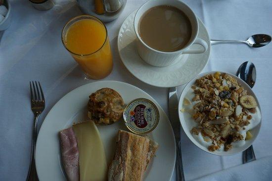 Domaine de la Tortiniere : Breakfast from the buffet