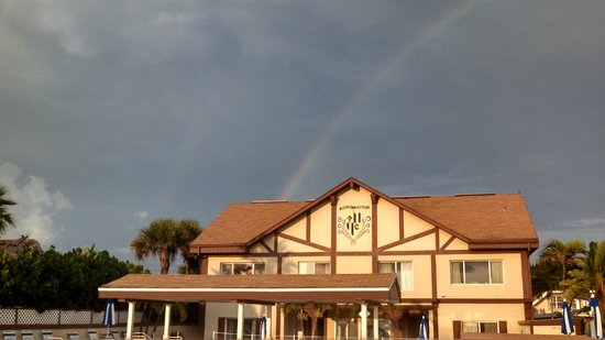 Palm Crest Resort Motel: Close up of rainbow over Palm Crest