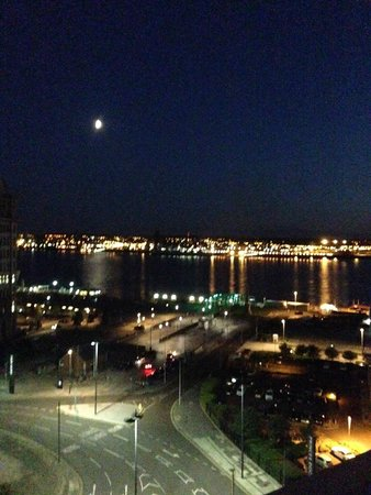 Mercure Liverpool Atlantic Tower Hotel: Night view of the River Mersey from bedroom window