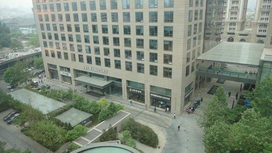 Park Plaza Wangfujing: Tem um starbucks em frente ao hotel