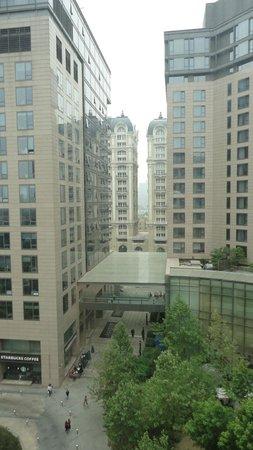 Park Plaza Wangfujing: Vista do apartamento para frente do hotel