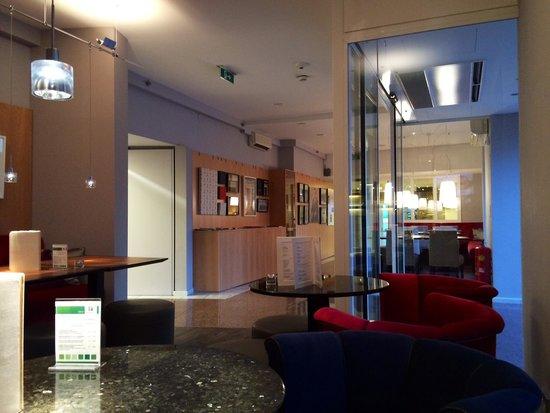 Holiday Inn Vienna City: Interno reception. Stile sobrio ma moderno.
