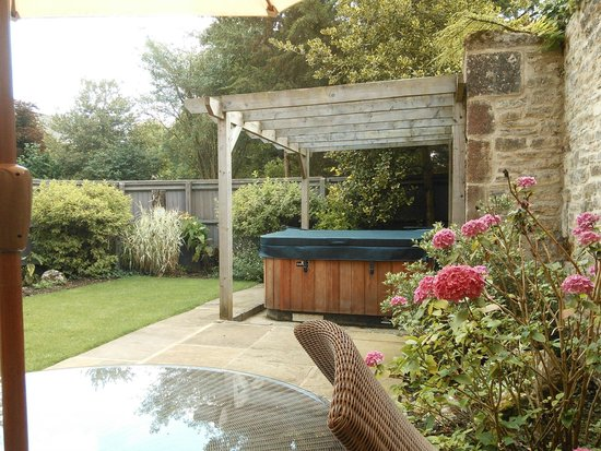 The Slaughters Manor House: Valentine Garden Suite hot tub