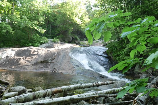 Sunapee Harbor Cottages: Waterfall and swimming hole just down the road