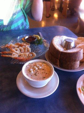 Mo's Restaurant : Chowder, fresh bread, shrimp skewers