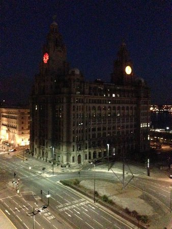Mercure Liverpool Atlantic Tower Hotel: Night view of Liver Building from bedroom window
