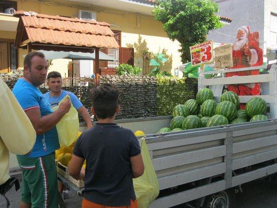 Hotel Joyfull: Fruit seller in front of hotel--cheap!