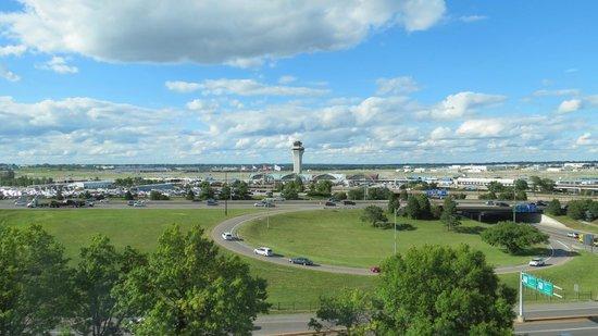 Marriott St. Louis Airport: 9th floor Concierge Louge view of Lambert Airport