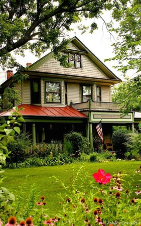 Manassas Junction Bed and Breakfast: Cozy & Charming B&B