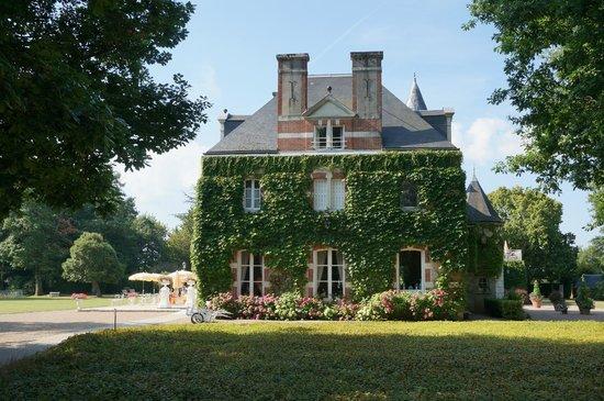Domaine des Hauts de Loire : Main building from side