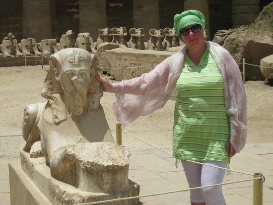 Temple of Karnak: Сфинксы , там целая аллея встречает вас при входе, некоторые из них пострадали от времени
