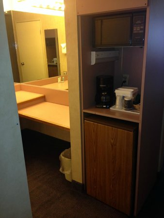 Howard Johnson Inn & Suites Rocklin: Nice, big vanity area