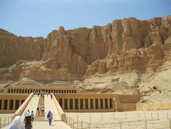 Temple of Karnak: три ступени - террасы (37м) ведут к высеченному в скале святилищу царицы Хатшепсутут