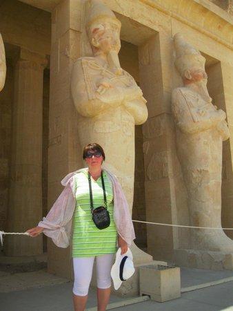 Temple of Karnak: Расписные стены, огромные изваяния стоят посреди песков на раскаленном солнце
