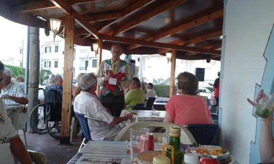 Bar Pons : Ook de gastheer himself neemt soms de bestelling op om even een praatje met de gasten te maken .