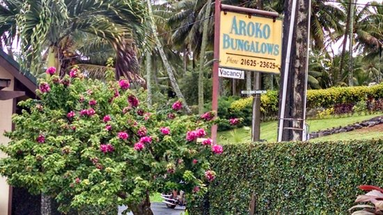 Aroko Bungalows: Sign you see from the road- nice landscaping