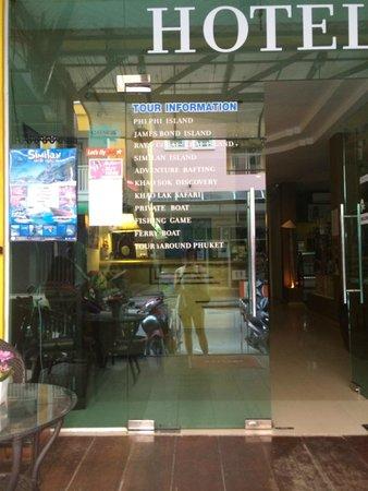 Amici Miei Hotel: Entrance to hotel