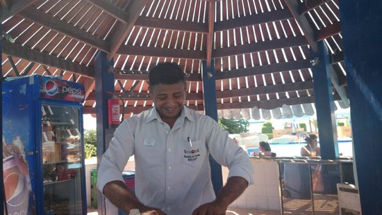 SUNRISE Select Royal Makadi Resort: Ahmed, the best barkeeper ever, at the poolbar