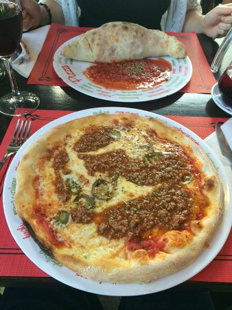 Restaurante El Patio : Bolognaise and calzone pizzas