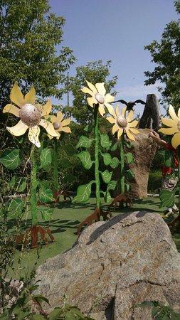 Big Stone Mini-golf and Sculpture Garden: The sunflower hole