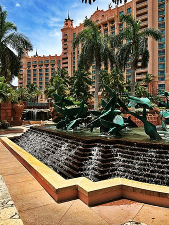 Atlantis, Royal Towers, Autograph Collection : The fountains by the Royal towers