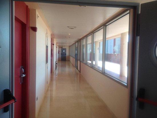 Hotel Mediterraneo Benidorm : Pasillo hacia la habitacion