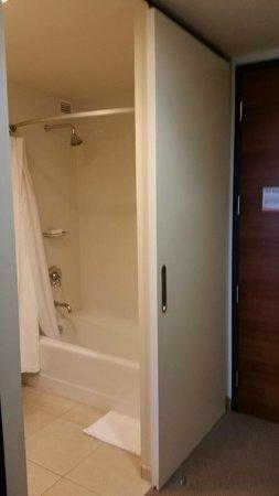 I Hotel & Conference Center: Bathroom Shower