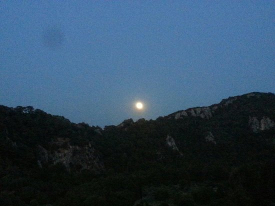 Daphne Hotel: Spunta la luna dalla collina