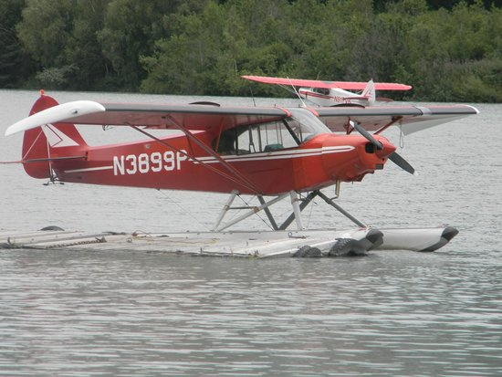 Trail Lake Lodge : plane on lake