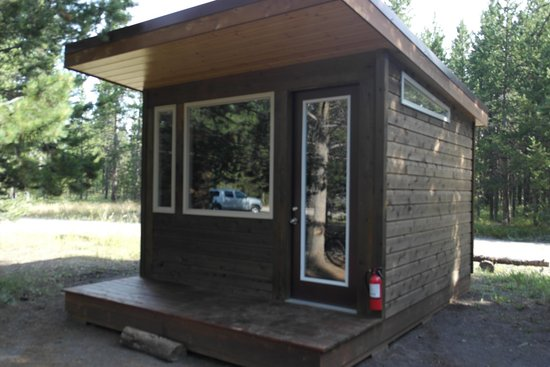 Headwaters Lodge & Cabins at Flagg Ranch : Camper Cabin Outside