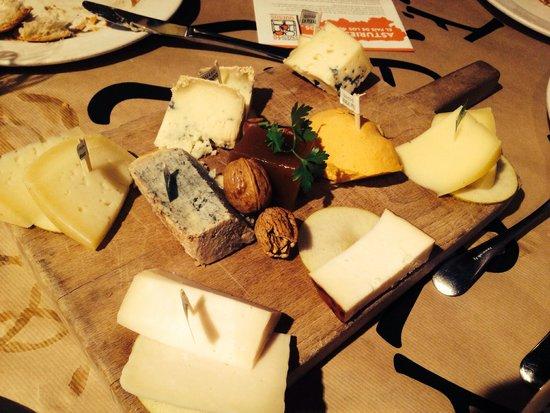 Tierra Astur: Tabla de quesos, lo único que gustó en nuestra mesa.