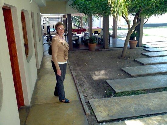 Piazza Hotel: Jard+in y acceso a pileta y área recreativa