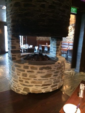 Hilton Queenstown Resort & Spa: Open Fire in Wakatipu Restaurant