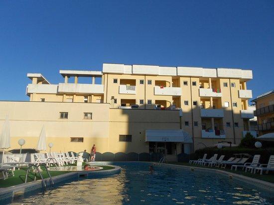 Park Hotel Serena: Hotel visto dalla piscina
