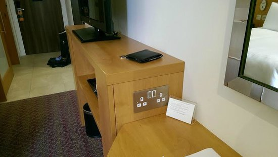 Hampton by Hilton London Waterloo: Multiple outlets around the room