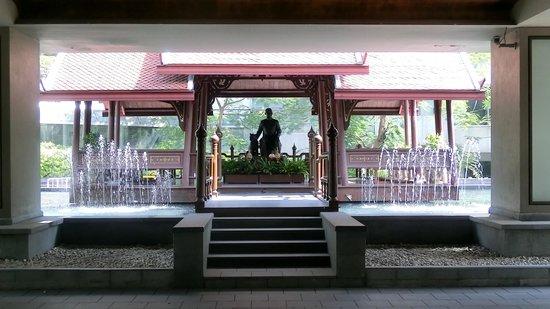 Swissotel Nai Lert Park: vis a vis vom Eingang des Hotels