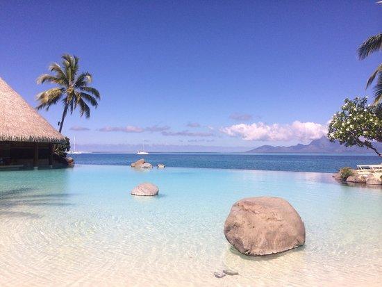 InterContinental Tahiti Resort & Spa : Infinity pool with swim up bar