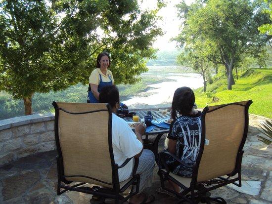 Bella Vista Bed and Breakfast on Lake Travis: Enjoy breakfast on the patio