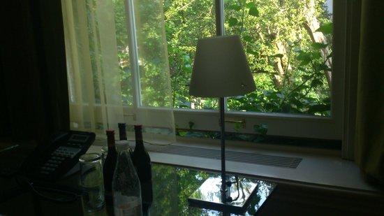 Hotel Orlando: Ventana de la habitación que da al hermoso jardín