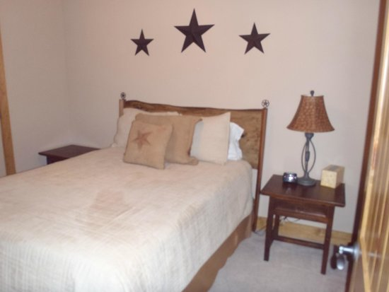 Bella Vista Bed and Breakfast on Lake Travis : Cowboy Cottage - second bedroom