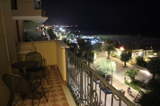Hotel Bahia: View of the lungomare at night