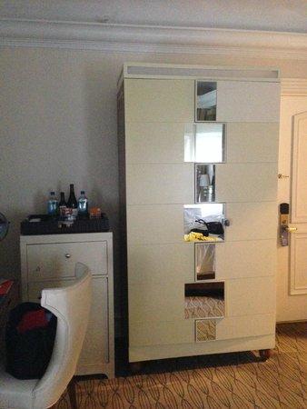 Carlton Hotel, Autograph Collection: Bedroom closet