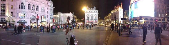 Piccadilly Circus : At night
