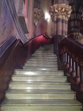 Iglesia de Los Capuchinos: Escadaria na parte interior da igreja, incrível!