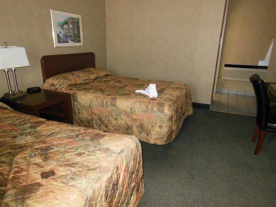 Days Inn - Niagara Falls Clifton Hill Casino : beds