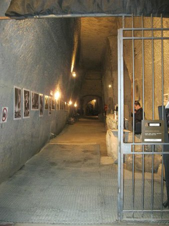 Galleria Borbonica : Looking back to the final tunnel at end of tour