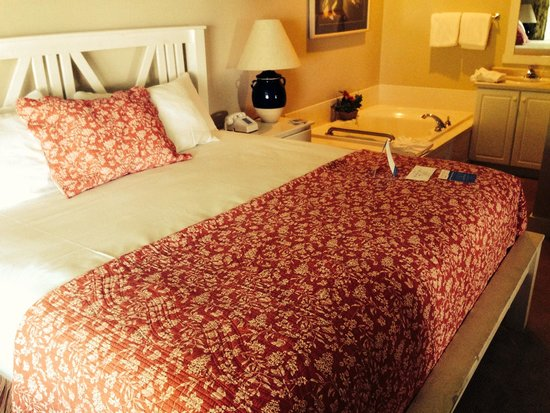 Edgewater Resort: Bed which was very comfortable!!