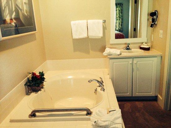 Edgewater Resort: Bathroom which is open in your bedroom