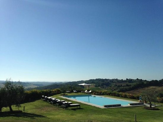 Agriturismo Il Castagno: Beautiful swimming pool with the most amazing view.